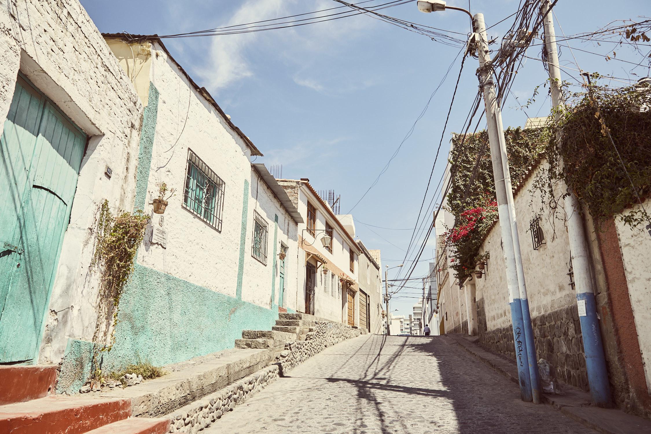 weiße Häuser mit bunten Elementen, Arequipa wird zurecht die Weiße Stadt Perus genannt