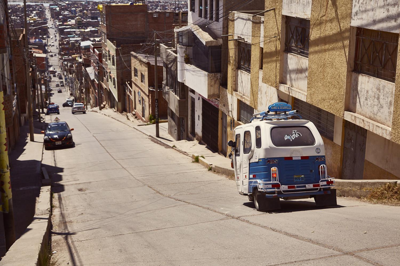 Strasse in Puno mit Mototaxi, steile Strasse, Straßenverhältnisse in Peru, Autofahren in Peru, Selbst fahren in Peru