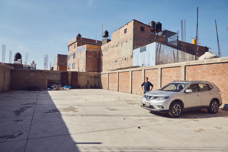 Der gesicherte Parkplatz eines Hotels in Espinar. Ob dieser verlassene Innenhof wirklich so seguro ist?