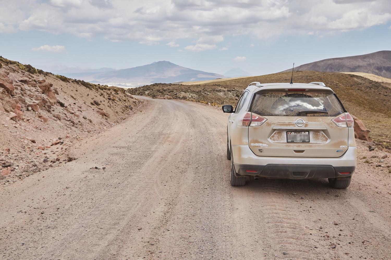 Nationalpark Salinas y Aguada Blanca, Straßenverhältnisse in Peru, Auto in Staub und Dreck getaucht