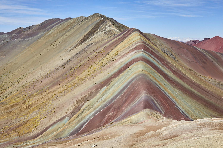Der Rainbow Mountain in Peru bei Schönwetter, blauer Himmel, ohne Leute,