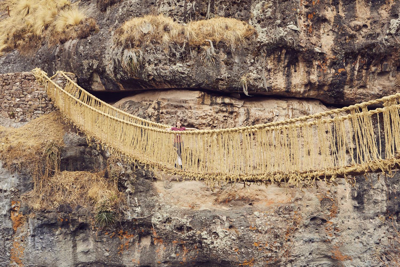 Die Rope Bridge in Peru, Grasbrücke Peru, Chrisi läuft über Grasbrücke