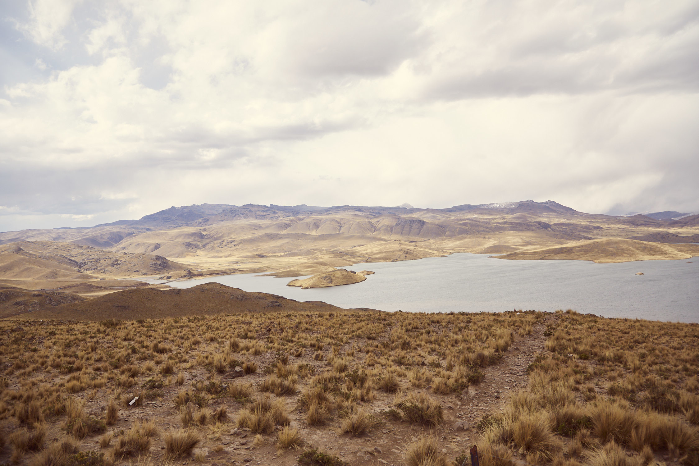 Auf der Fahrt nach Puno: Wunderschöne Aussichten im Nationalpark Reserva Salinas y Aguada Blanca, der See Laguna Lagunillas