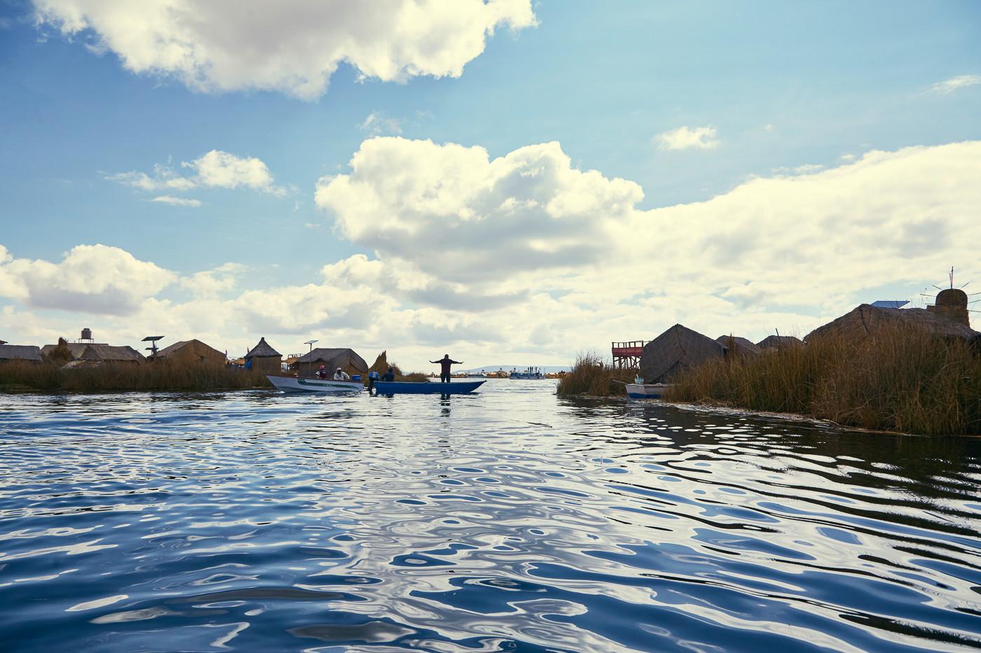 Die Bevölkerung der Uros Inseln auf ihren Booten