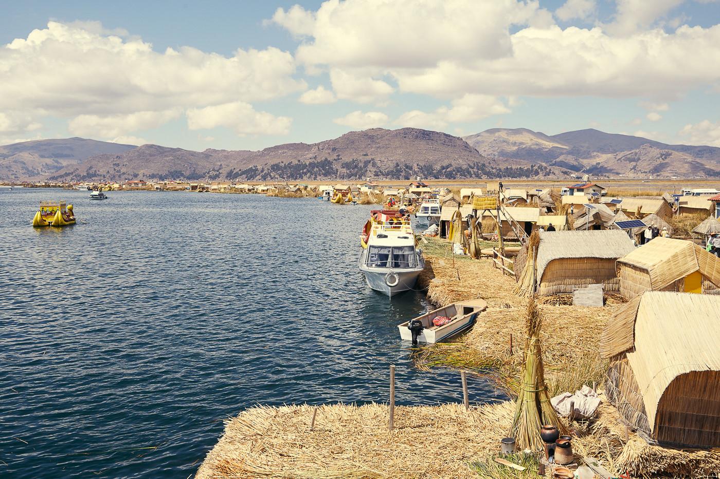 Ein Blick über die Uros Inseln auf dem Titicacasee