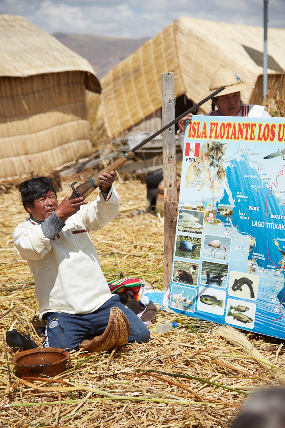Jagd Demonstration auf den Uros Inseln. Heute lebt die Bevölkerung fast ausschließlich vom Tourismus und hat es nicht mehr nötig Wildvögel zu jagen