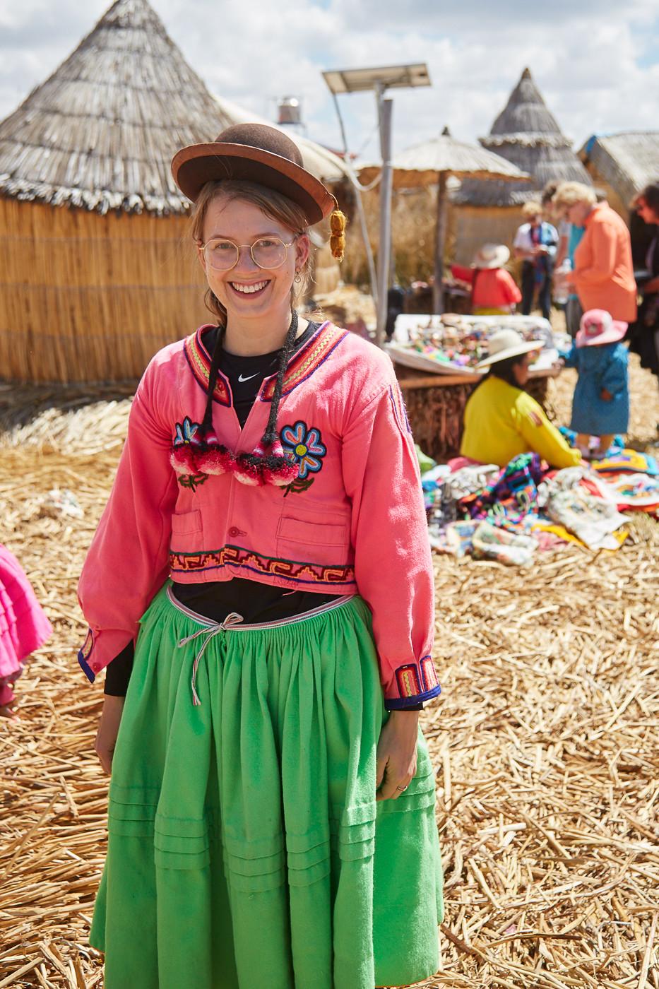 Chrisi von Miles and Shores in traditioneller peruanischer Kleidung
