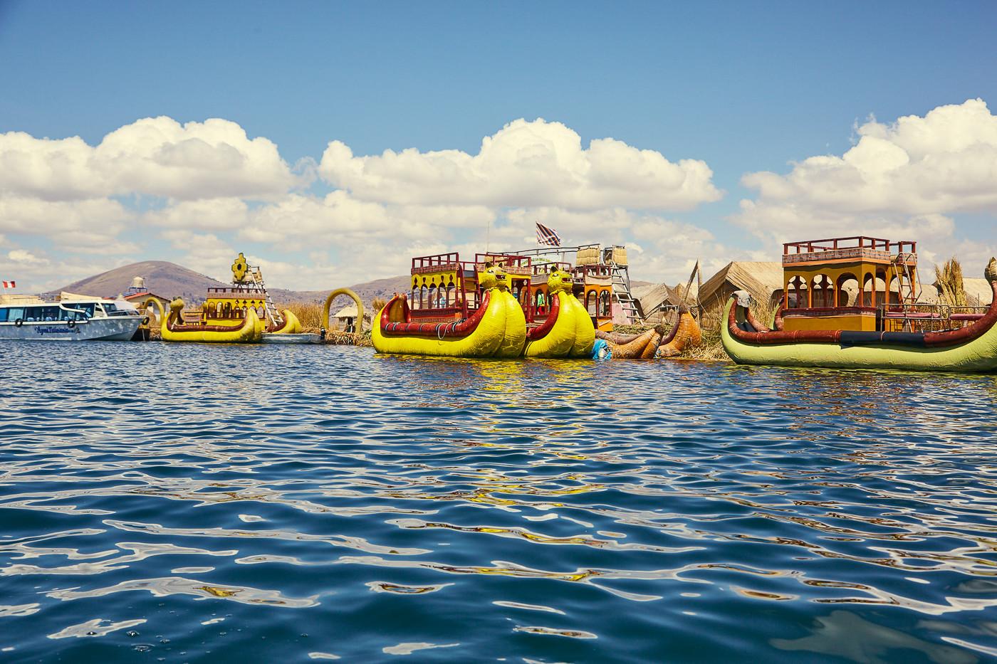 Viele Touristenboote an den Uros Inseln, trotzdem eine schöne und besondere Gegend