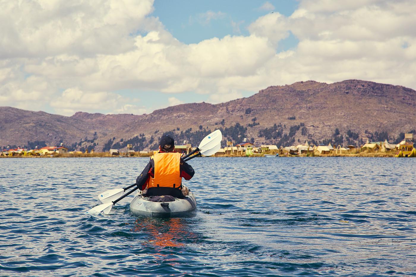 Eine Kajakfahrt auf dem Titicacasee ist wirklich wunderschön! Hier paddeln Christina und Roli unsere Reisebegleiter durch die idyllische Landschaft
