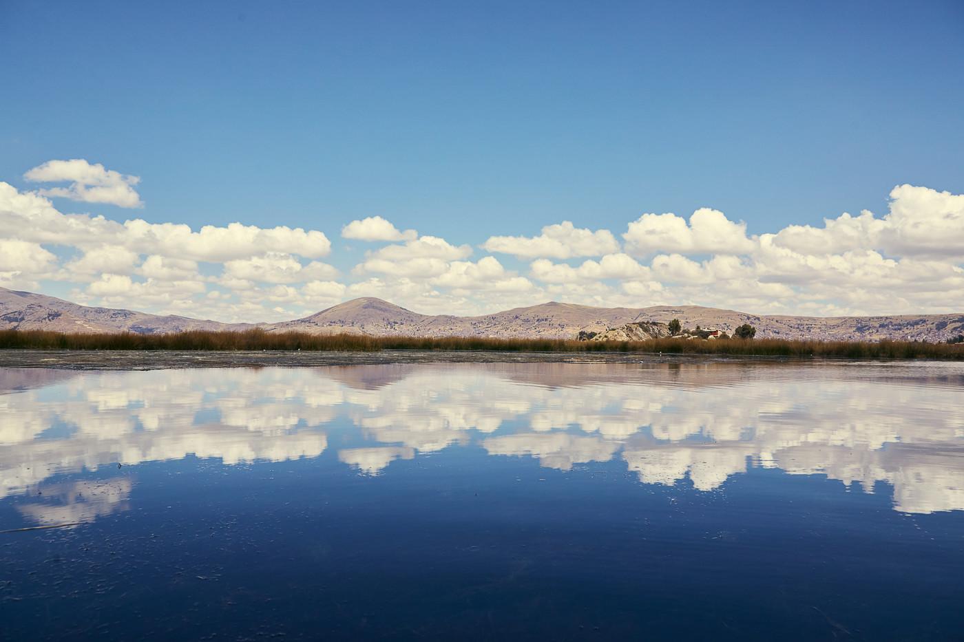 Wunderschöne Aussichten bei der Kajaktour auf dem Titicacasee während unseres Peru Urlaubes. Die Wolken am Horizont spiegeln sich im Wasser