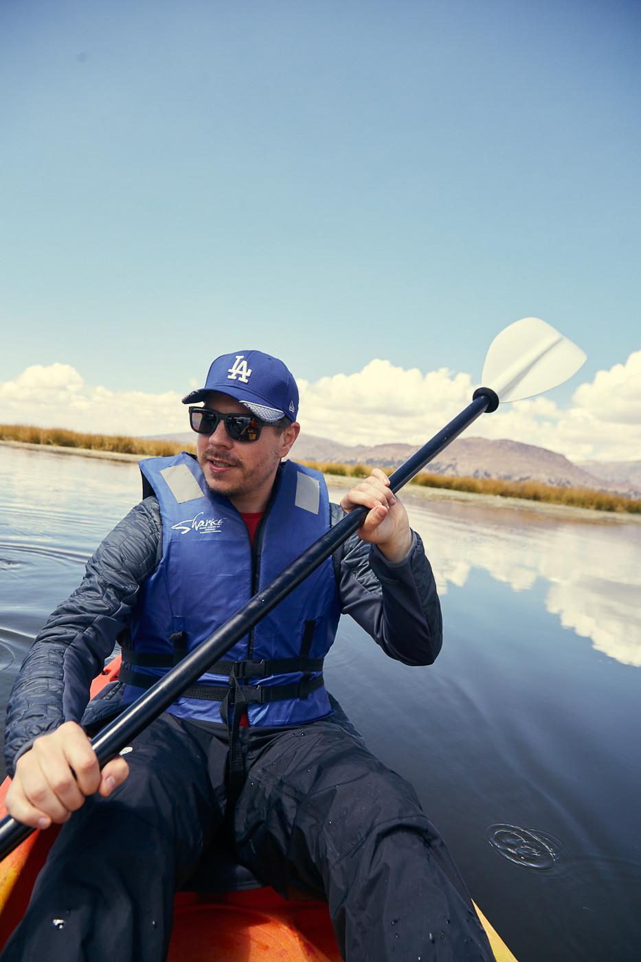 Ronnie, Reiseblogger von Miles and Shores beim Paddeln auf dem Titicacasee