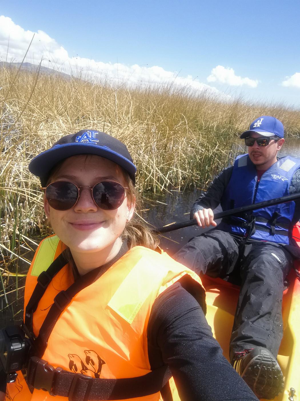 Selfie von Ronnie und Christina, den Bloggern hinter Miles and Shores, hier bei unserer Kajaktour auf dem Titicacasee während unseres Peru Roadtrips