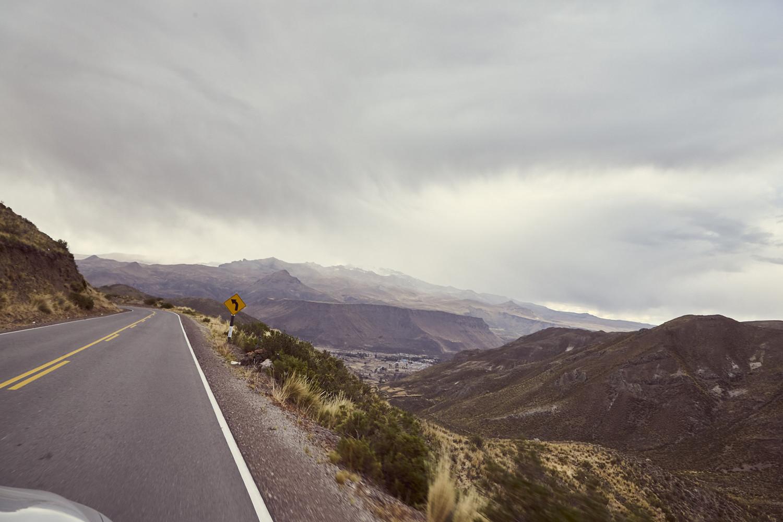 Im Tal kann man bereits Chivay entdecken, bei uns war es an dem Tag schon zu spät um noch zum Colca Canyon zu fahren, also verschoben wir die Besichtigung auf den nächsten Tag und kehrten sofort in unserem Quartier in Chivay ein