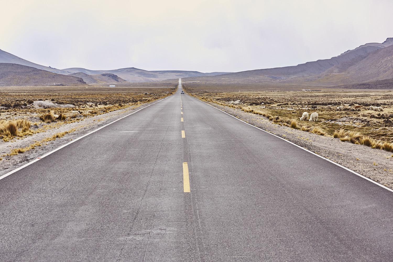 Autofahren in Peru, Straßenverhältnisse in Peru, kann man in Peru Autofahren, hier sieht man die Straße, die von Arequipa durch den Nationalpark Salinas y Aguada Blanca nach Chivay führt