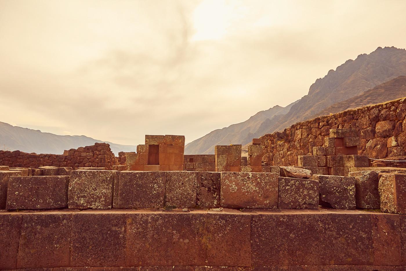 Die Ruinen von Pisac im tiefstehenden Sonnenlicht, eine große Baukunst der Inka