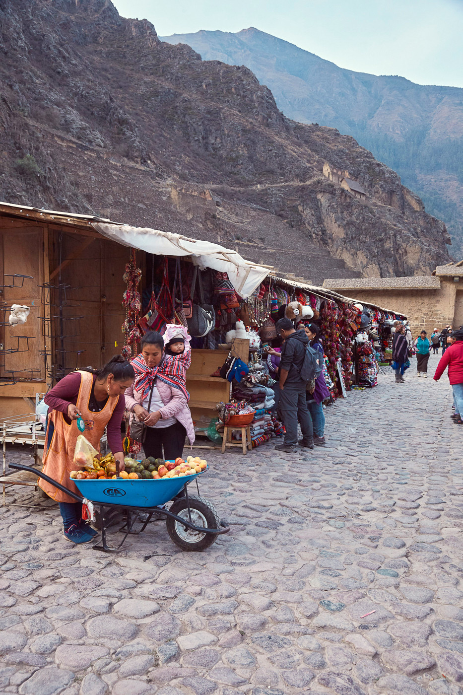 Der Markt vor den Ruinen von Ollantaytambo im Heiligen Tal der Inka in Peru