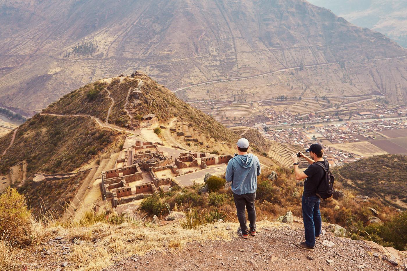 Ein Blick auf den zweiten Hügel der Inka Festungen von Pisac in Peru