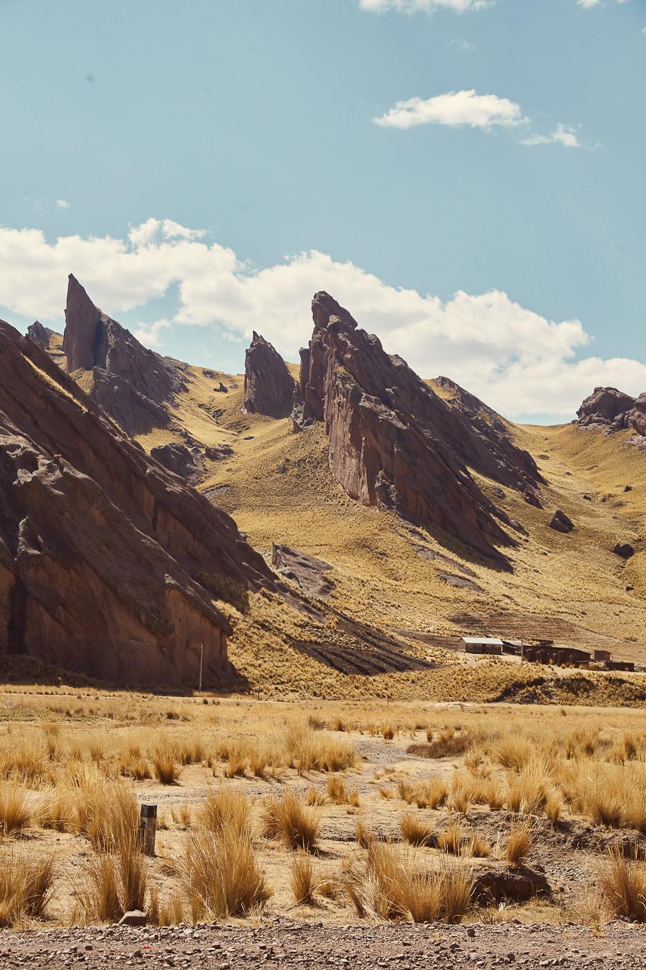 Faszinierende spitz zulaufende Berge ragen scheinbar aus dem nichts empor. Nur ein paar vereinzelte Häusschen befandnen sich entlang der Strecke, größere Dörfer oder Handyempfang? Fehlanzeige.