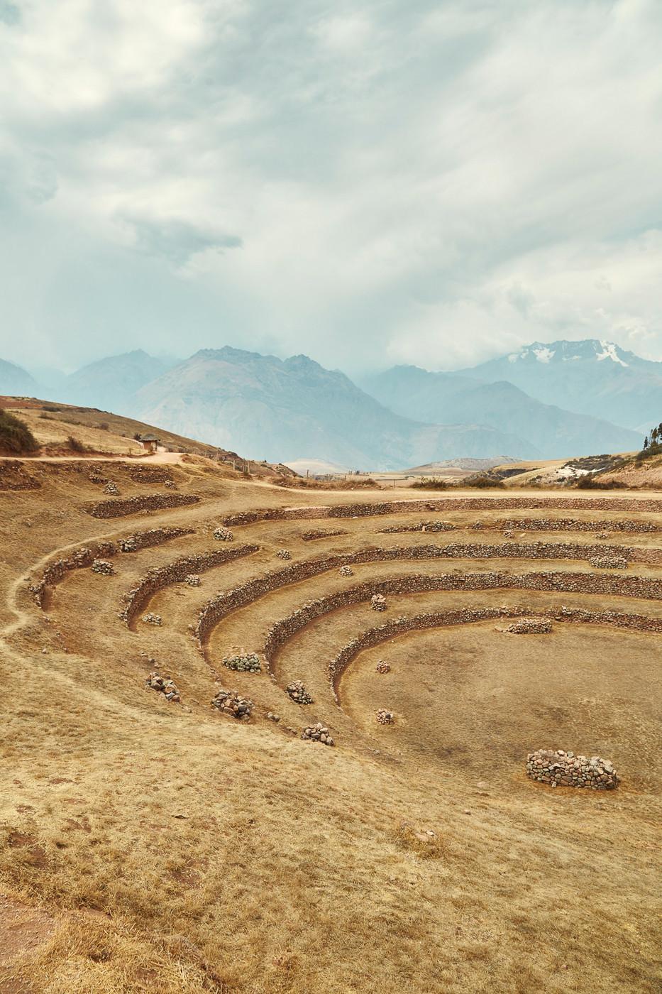 Durch die Terrassen von Moray führen mehrere verschieden lange Routen, eine Stunde sollte man sich hier auf alle Fälle Zeit nehmen. Im Hintergrund erkennt man die peruanischen Anden mit ihren höchsten Bergen
