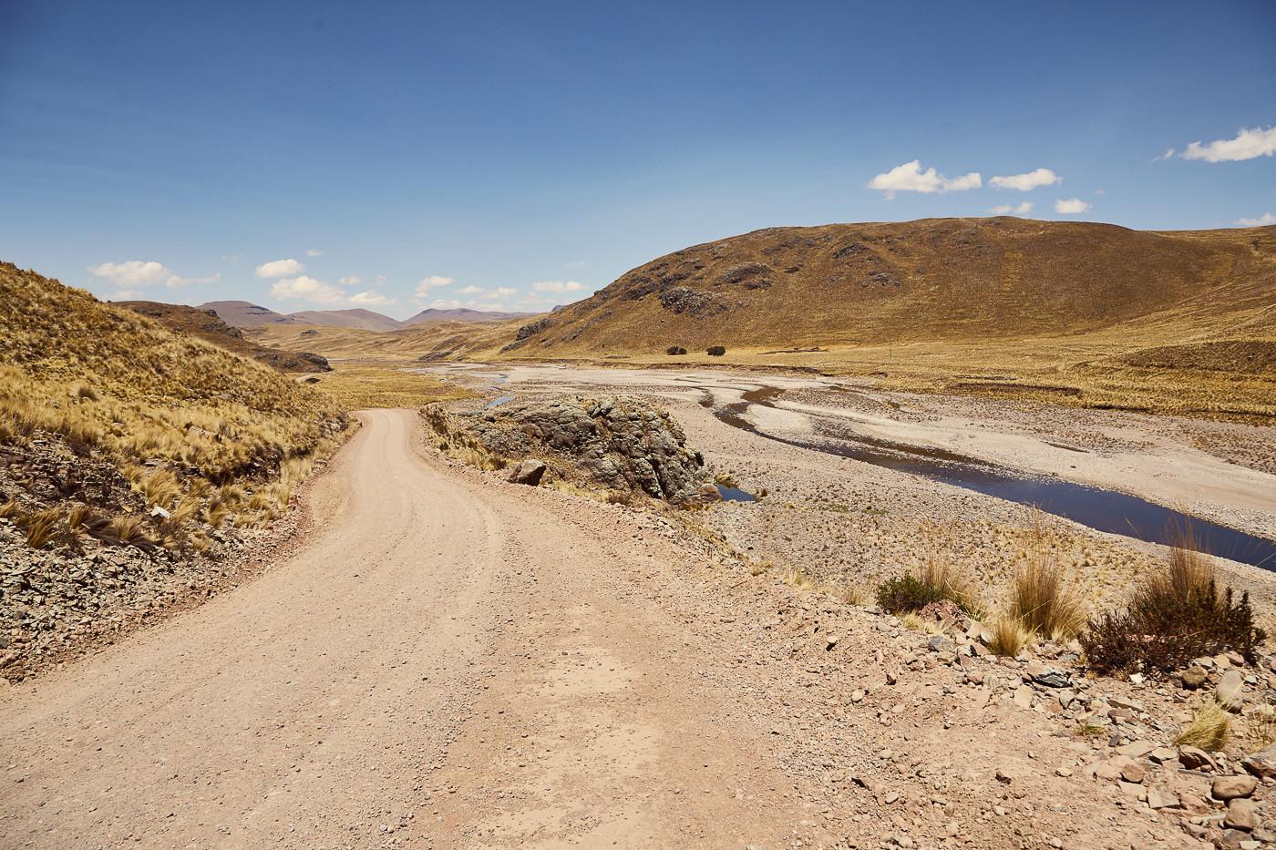 Schotterstraßen sind in Peru noch Gang und Gebe. Allerdings sind die Hauptstraßen mittlerweile sehr gut ausgebaut und eigentlich fast überall asphaltiert. Verlässt man diese allerdings, sieht es gleich ganz anders aus.
