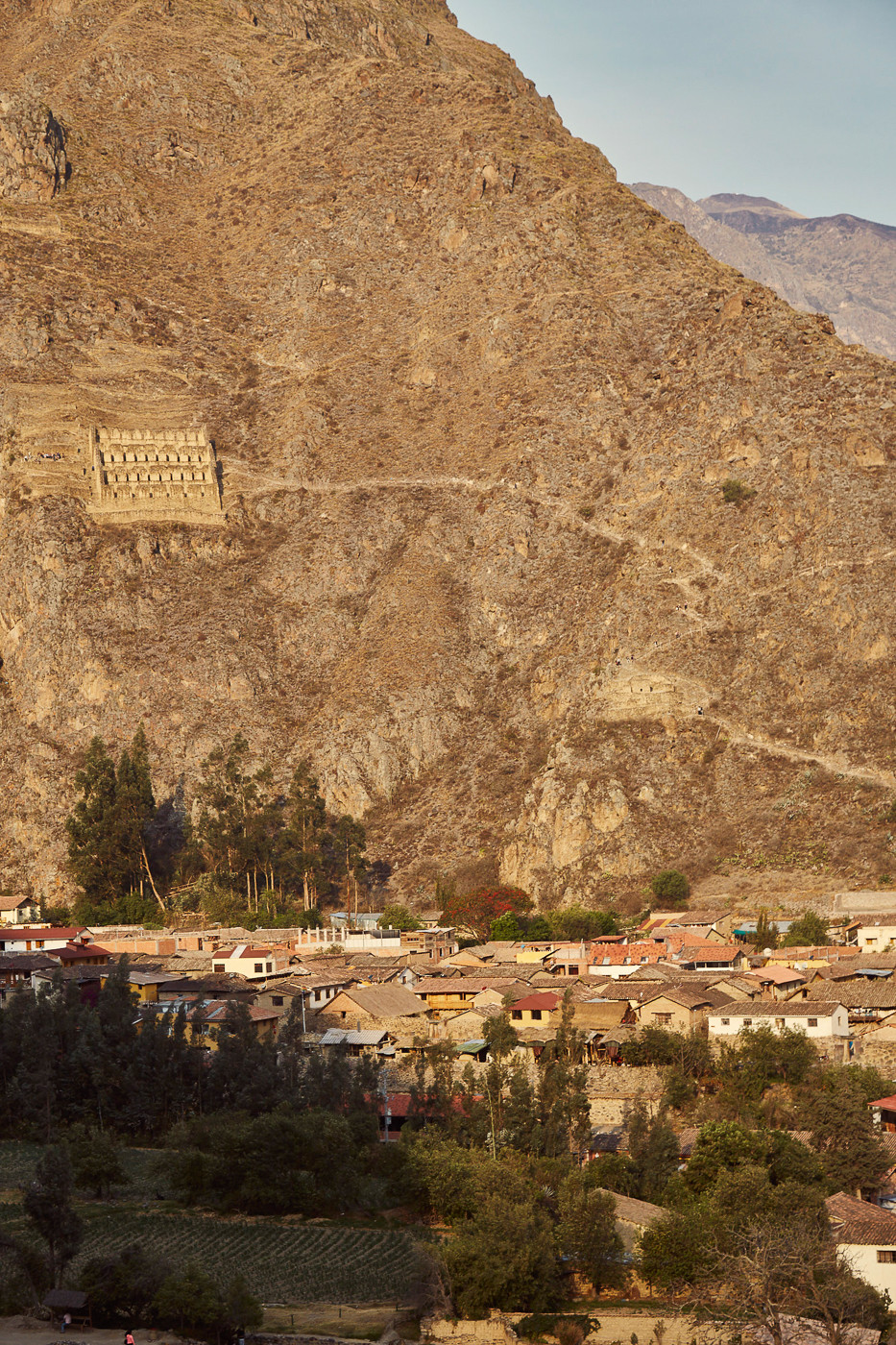 Die Ruinen von Pinkuylluna gegenüber der Ruinen von Ollantaytambo. Die in sonnenlicht getauchten Ruinen dienten den Inka als Getreidespeicher