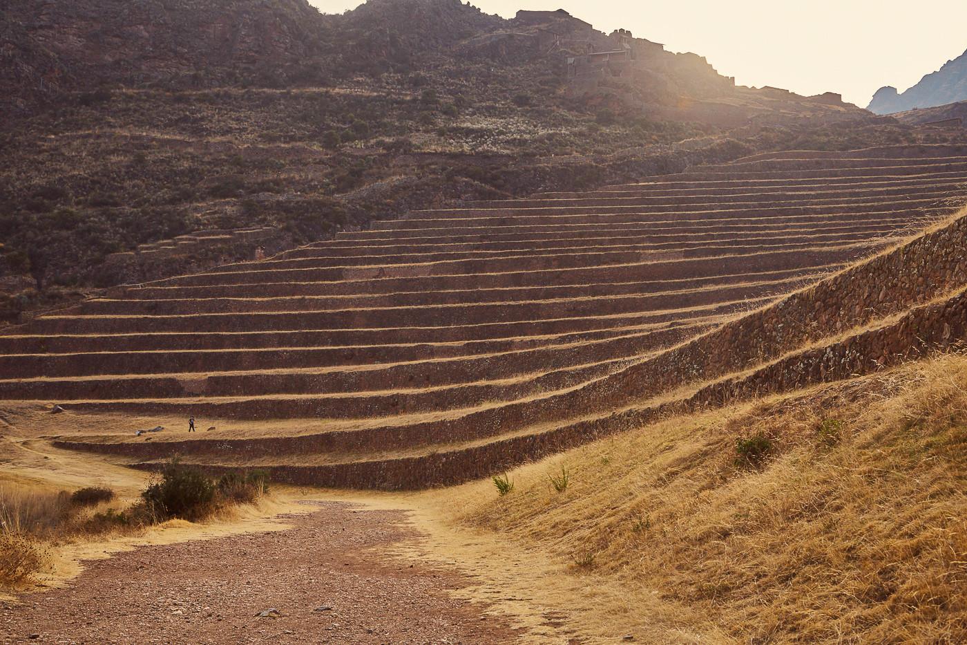 Die Terrassen der Pisac Ruinen im Heiligen Tal der Inka im tief stehenden Sonnenlicht