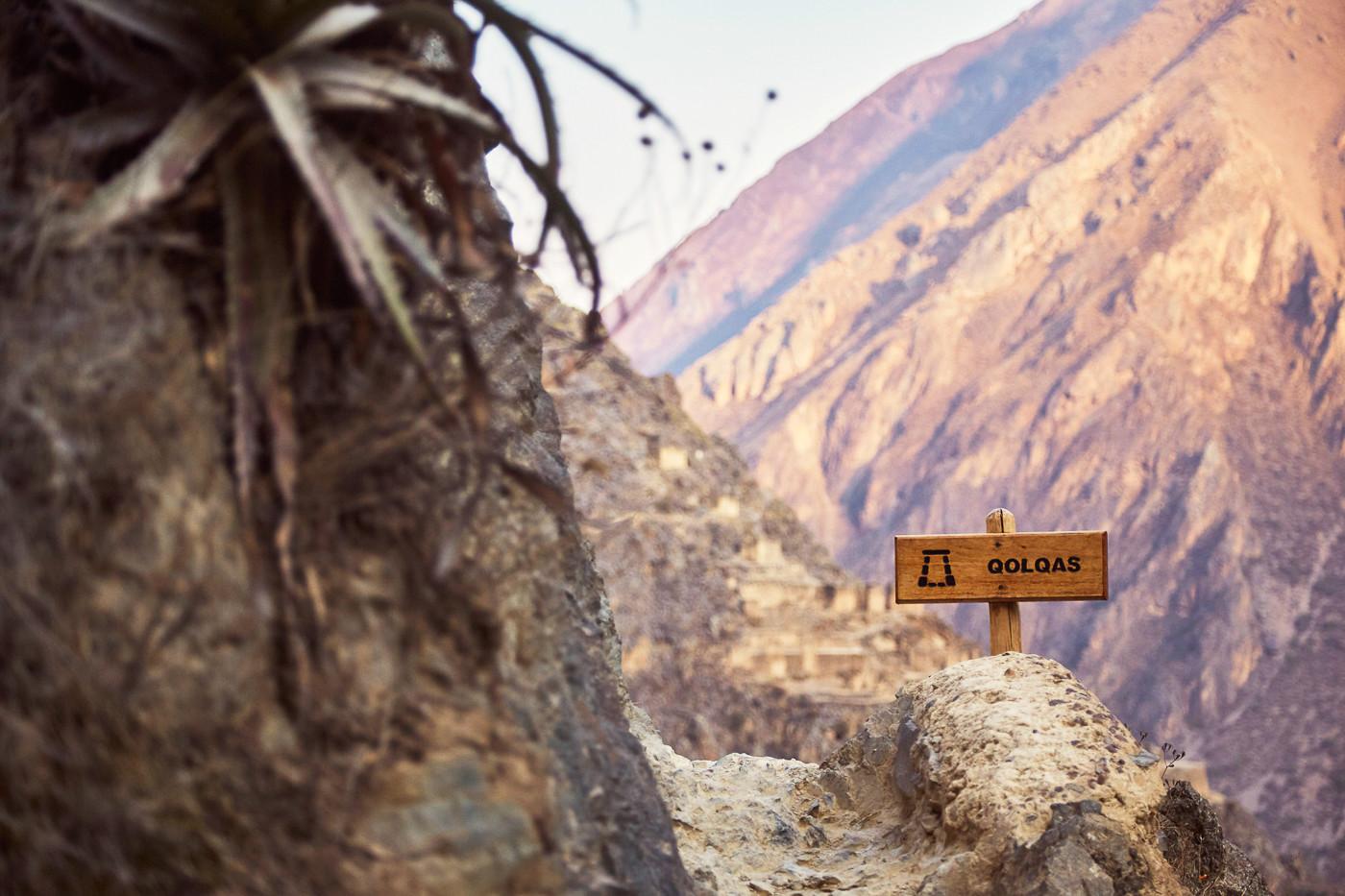 Impressionen aus den Ruinen von Ollantaytambo, Schild zu den qolqas, den Getreidespeichern der Inka