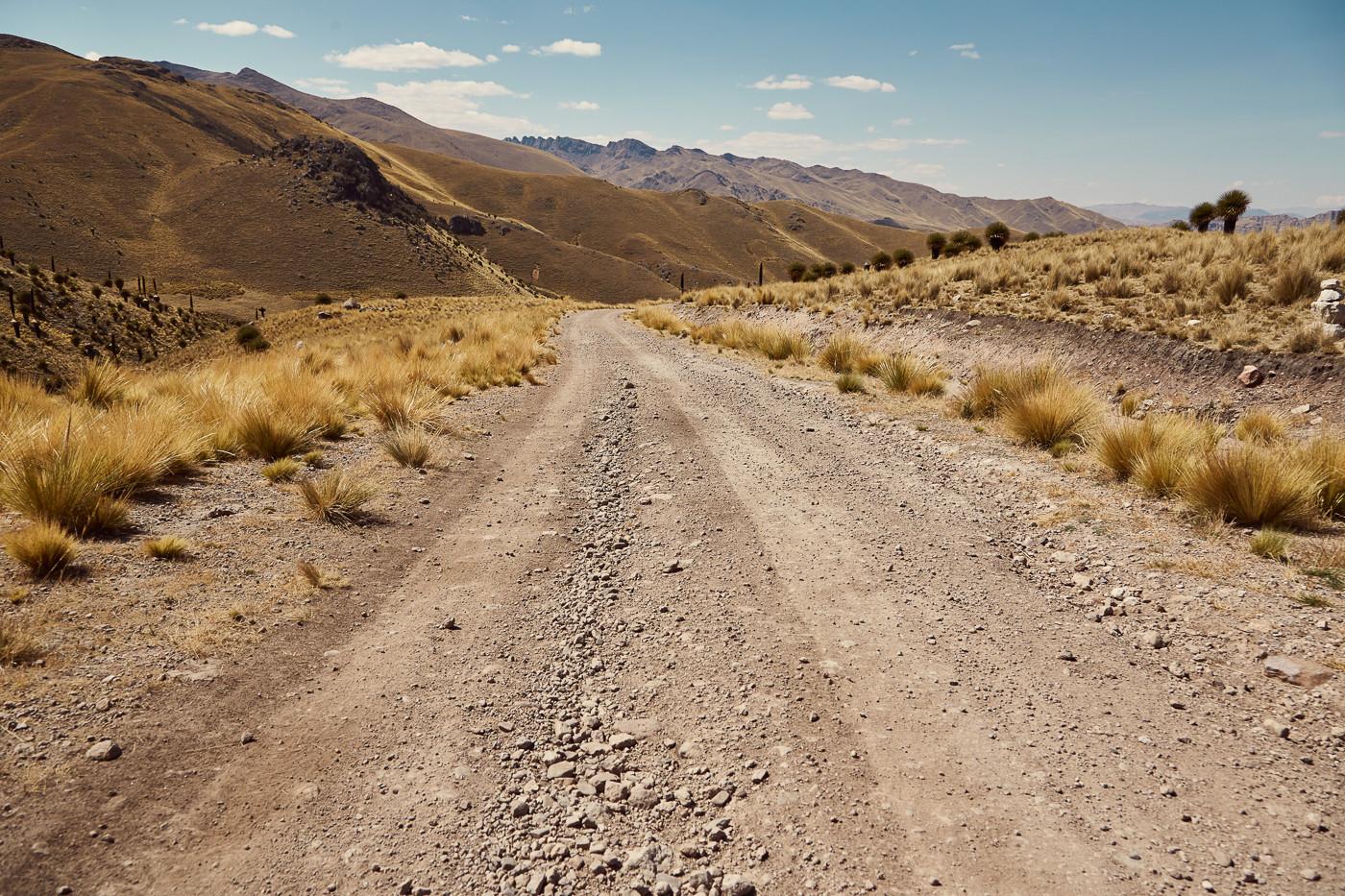 Schotterstraßen können in einem guten Zustand sein. Man sollte trotzdem immer wachsam fahren und aufmerksam die Straße nach Schlaglöchern absuchen!