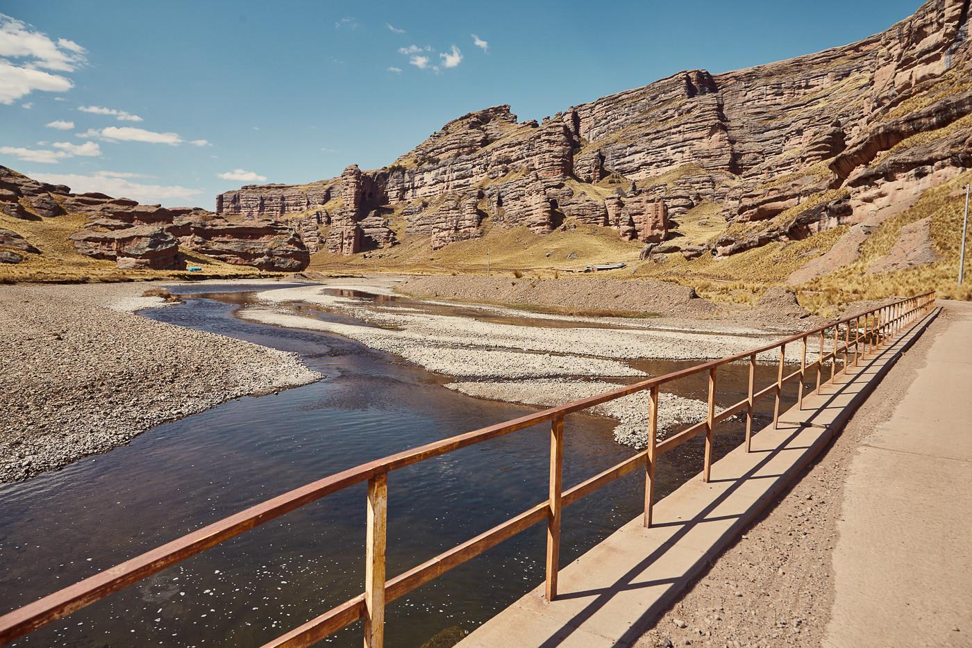 Felsige Landschaft und die einzige Brücke, die wir auf dieser Strecke überquert haben. Wenn man in Peru selbst mit dem Auto fährt, sollte man immer die Höhe im Auge behalten. Geht es steil nach oben, sollte man immer wieder Pausen einlegen, um sich langsam zu akklimatisieren