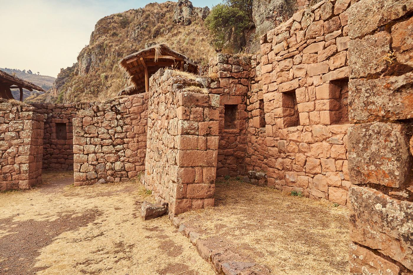 Die Pisac Ruinen im Heiligen Tal der Inka in Peru solltest du dir unbedingt länger ansehen! Ein Spaziergang weit in die Ruinen hinein zahlt sich voll aus