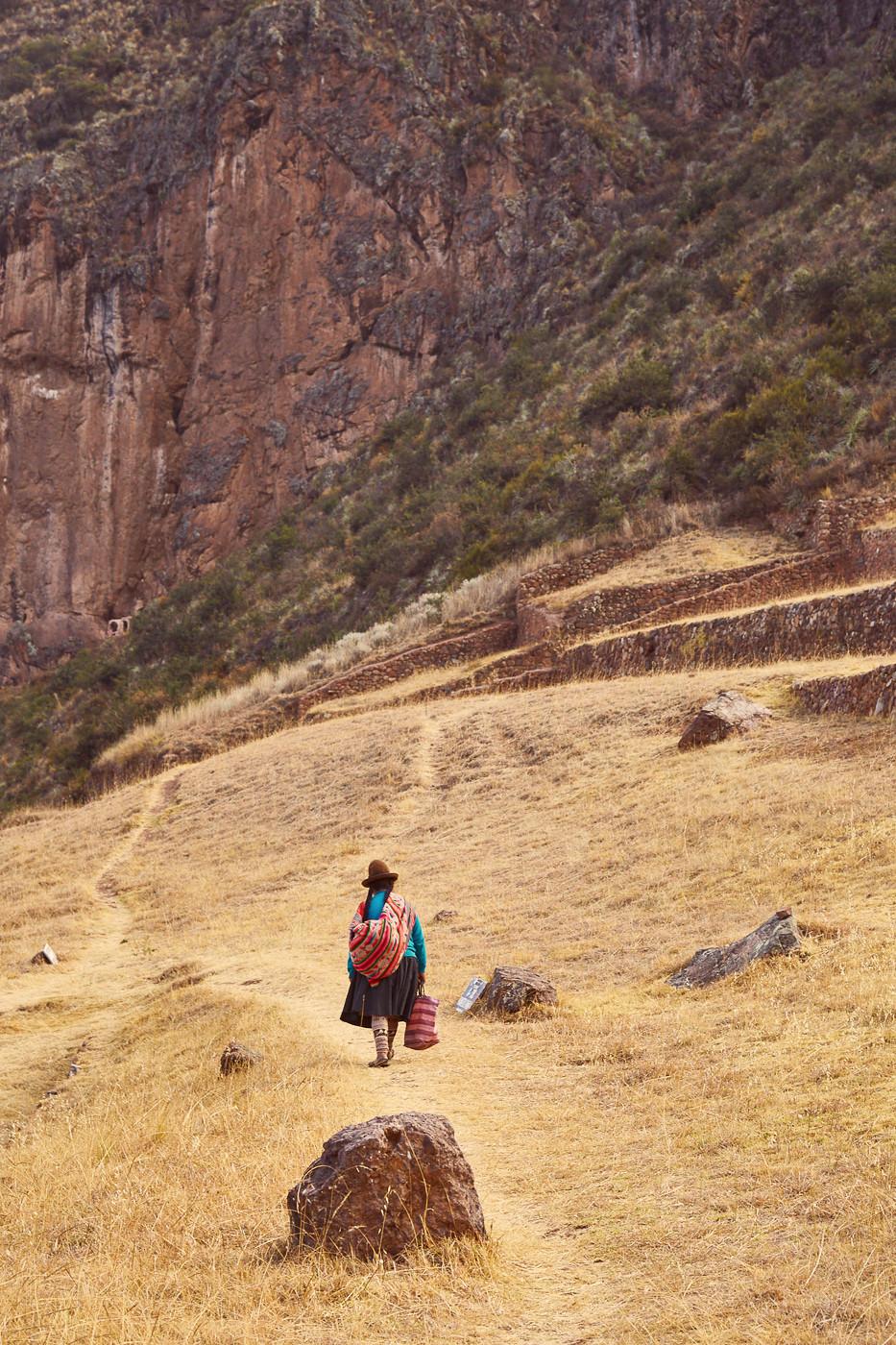 eine peruanische Frau unterhalb der Ruinen von Pisac
