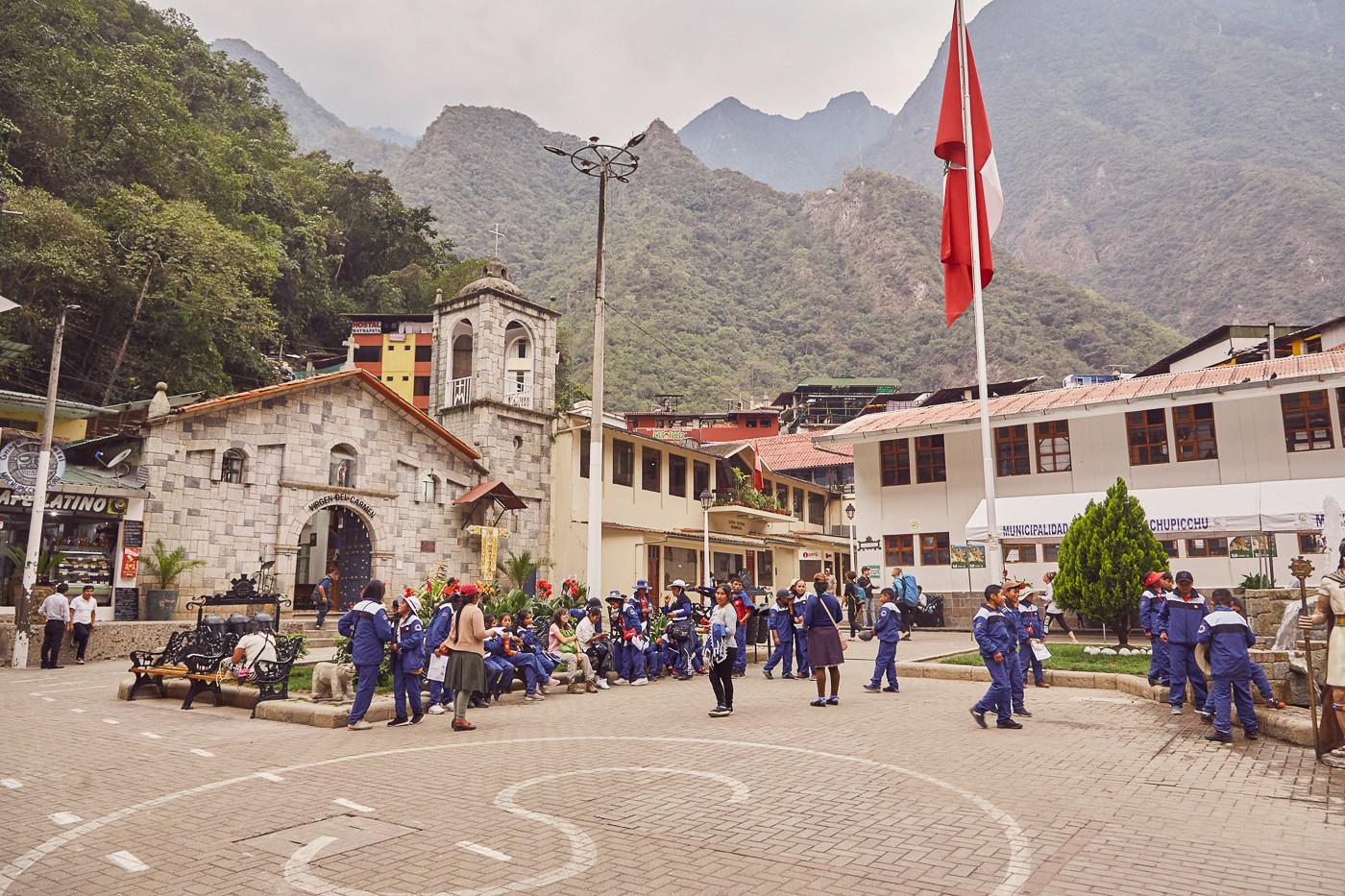 Aguas Calientes abseits der Touristenmassen hat auch seinen eigenen Charme, hier sind gerade Schulkinder auf dem Weg nach Hause