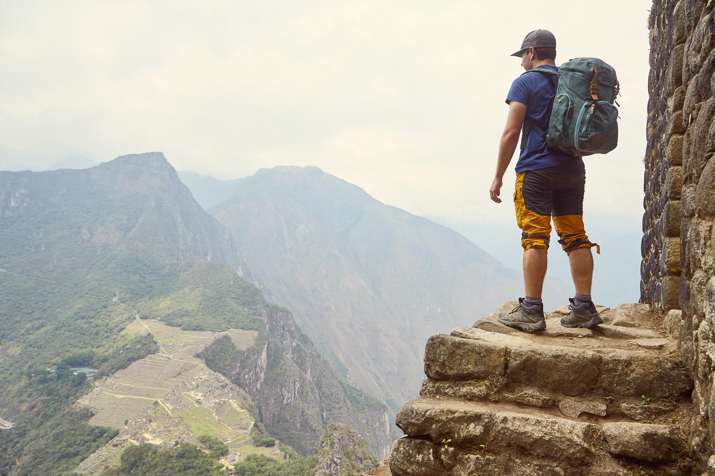 Fast angekommen. Ronnie vor dem Eingang zu den Ruinen am Gipfel des Huayna Picchu über Machu Picchu.