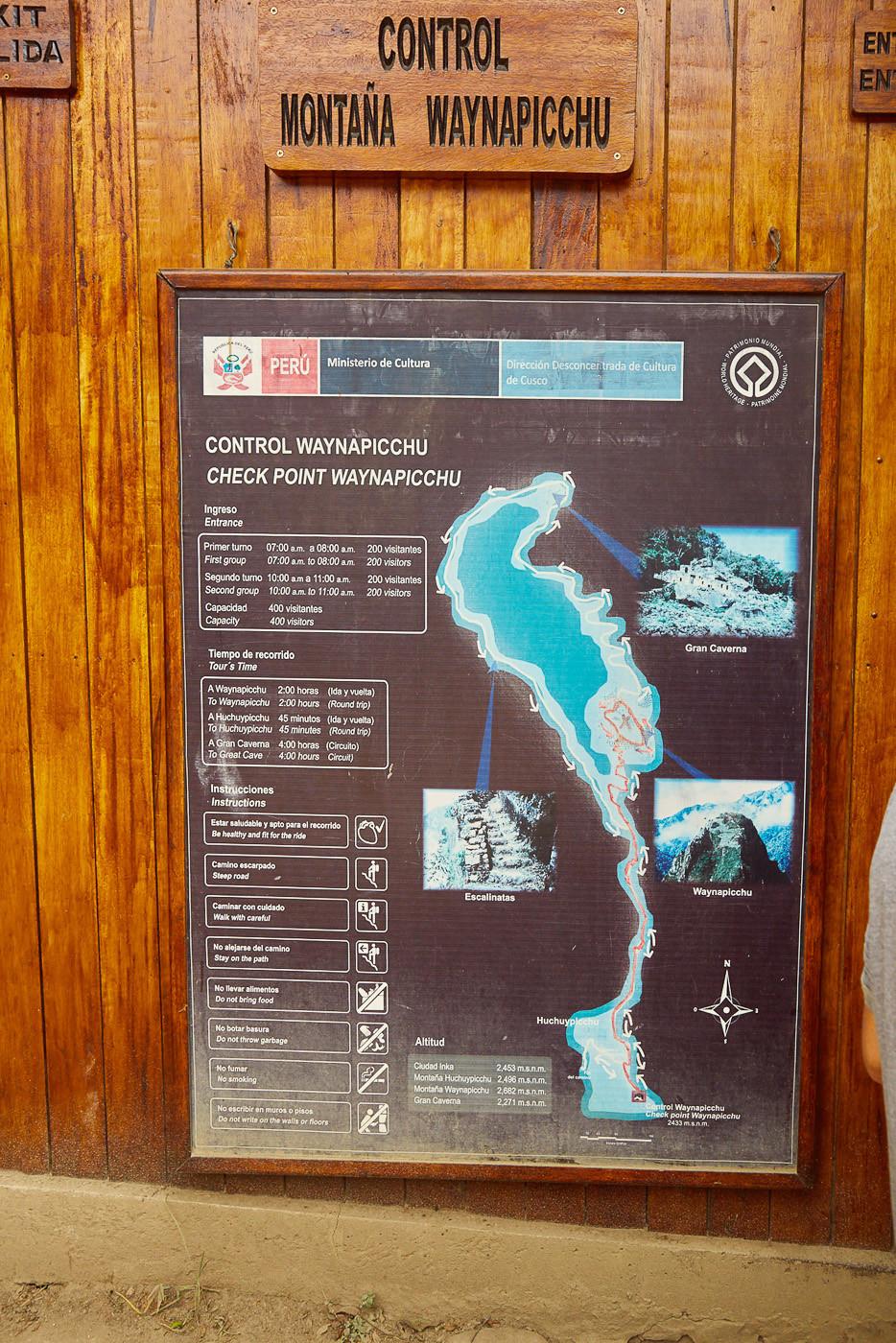 Die Karte vor dem Einlass zum Huayna Picchu. In unserem Guide über Machu Picchu vergleichen wir die beiden Wanderungen, die verschiedenen Eintrittsformen und wie du am Besten nach Aguas Calientes kommst.