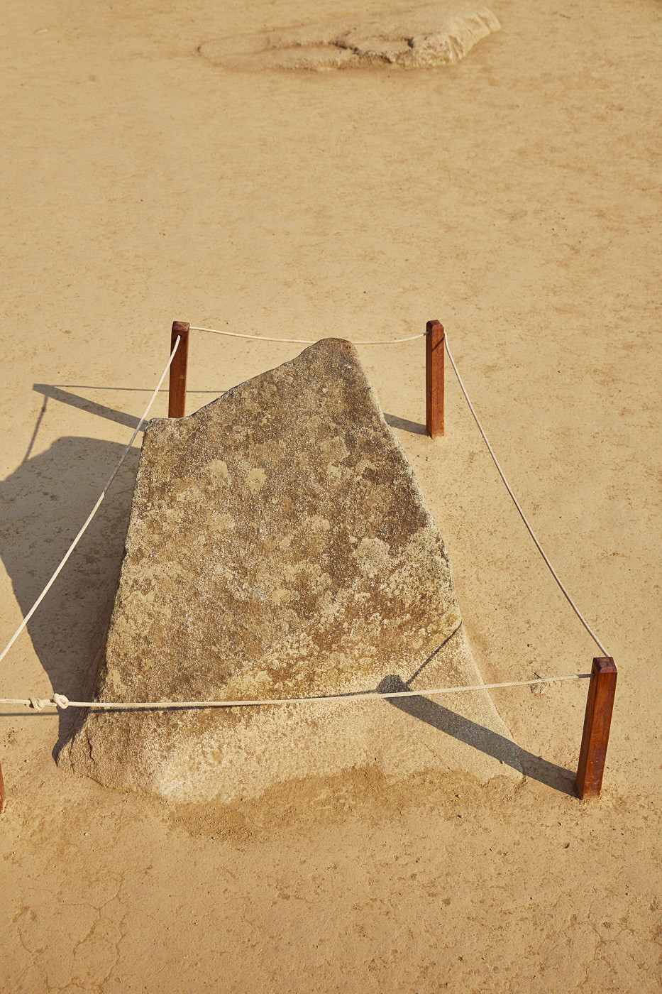 Dieser Stein ist so geschliffen und genau so ausgerichtet, dass er exakt die Himmelsrichtungen weist.