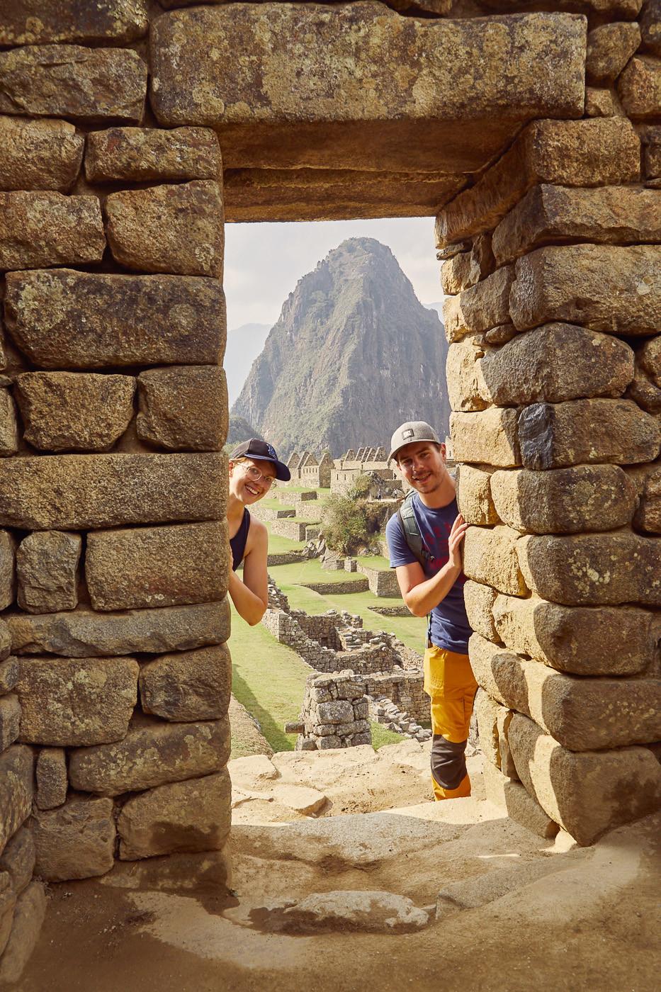 Pickaboo, unser Guide wollte dieses Foto von uns machen, wo wir beide durch die Pforte in Machu Picchu gucken