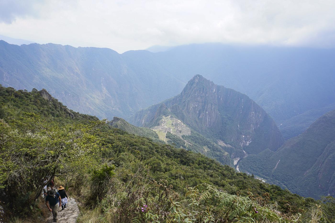 Der Aufstieg auf den Machu Picchu Mountain. Rechts sieht man die hochkommenden Touristen - ist man erst einmal auf einem der Wanderpfade, sind schon deutlich weniger Touristen unterwegs, als bei den Ruinen.