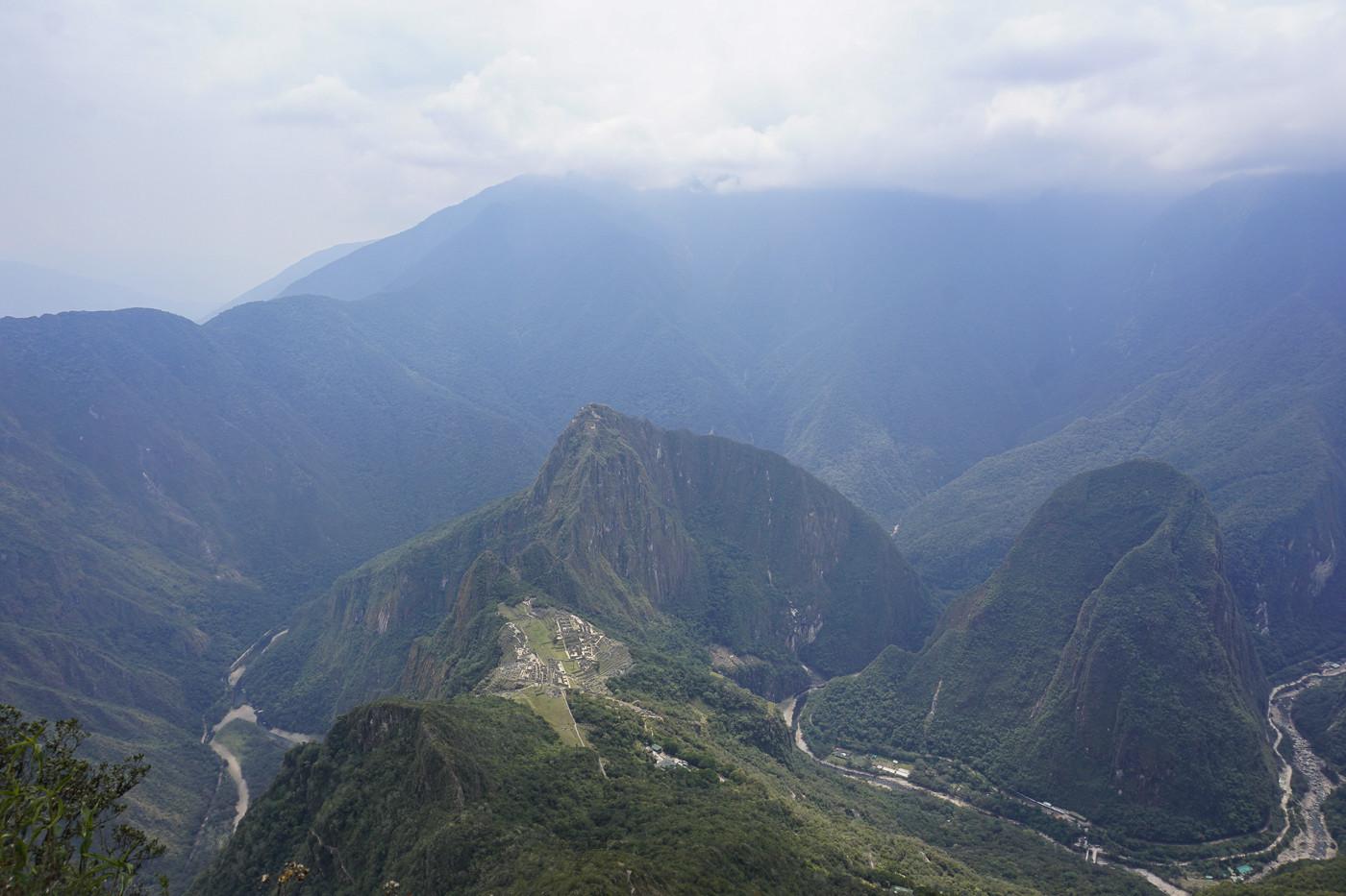 Der sagenhafte Ausblick vom Machu Picchu Mountain. Die Ruinen sind sehr klein zu sehen, hier weiß man, was man geschafft hat! Immerhin liegt der Gipfel auf stattlichen 3061 Metern Höhe!