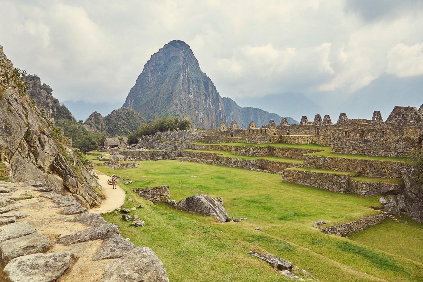Am Nachmittag sind die Ruinen wie leer gefegt. In unserem ultimativen Machu Picchu Guide erklären wir, welche die beste Zeit für Machu Picchu ist und ob es wirklich notwendig ist, in Aguas Calientes zu übernachten