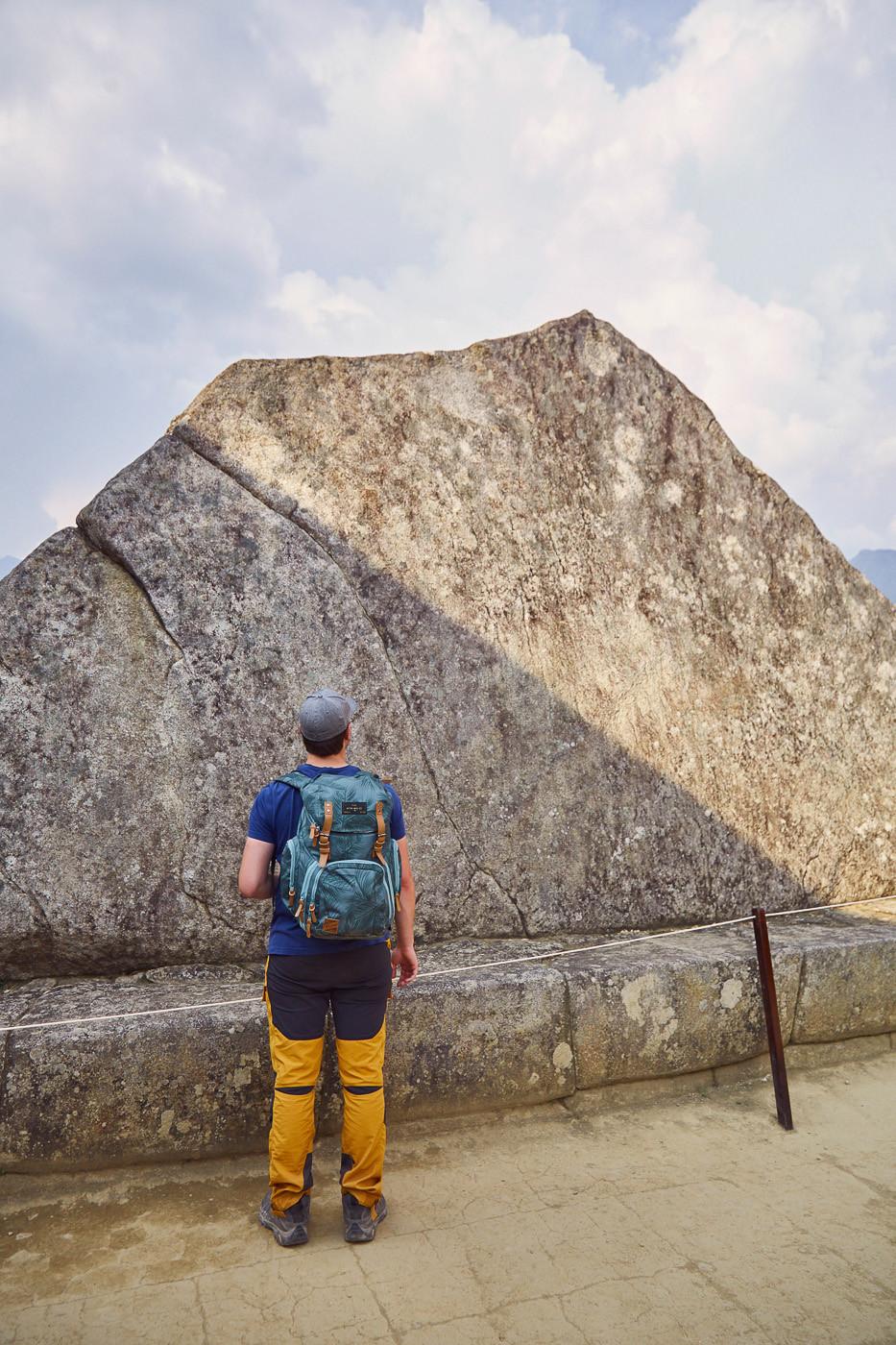 Ronnie vor dem Heiligen Stein, dem Roca Sagrada, in Machu Picchu. Wer seine Hand auf den Stein hält, kann die Energie fühlen, die von ihm ausgeht