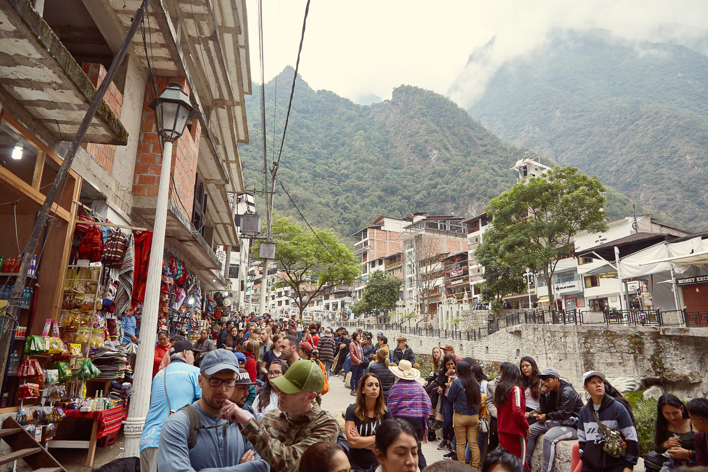 Massen an Touristen warten auf die Busse nach Machu Picchu
