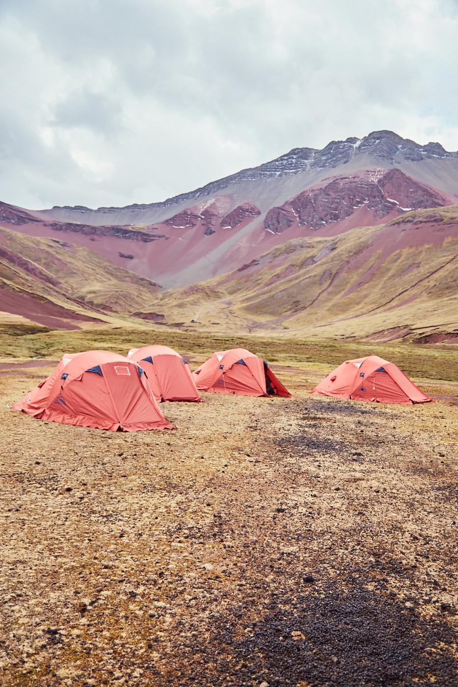 Zelten in der Wildnis von Peru - bei unserer geführten Tour mit Kallpa Adventures zum Rainbow Mountain. Bei der zweitägigen Wanderung wird der Schlafplatz mitten im Red Valley aufgeschlagen