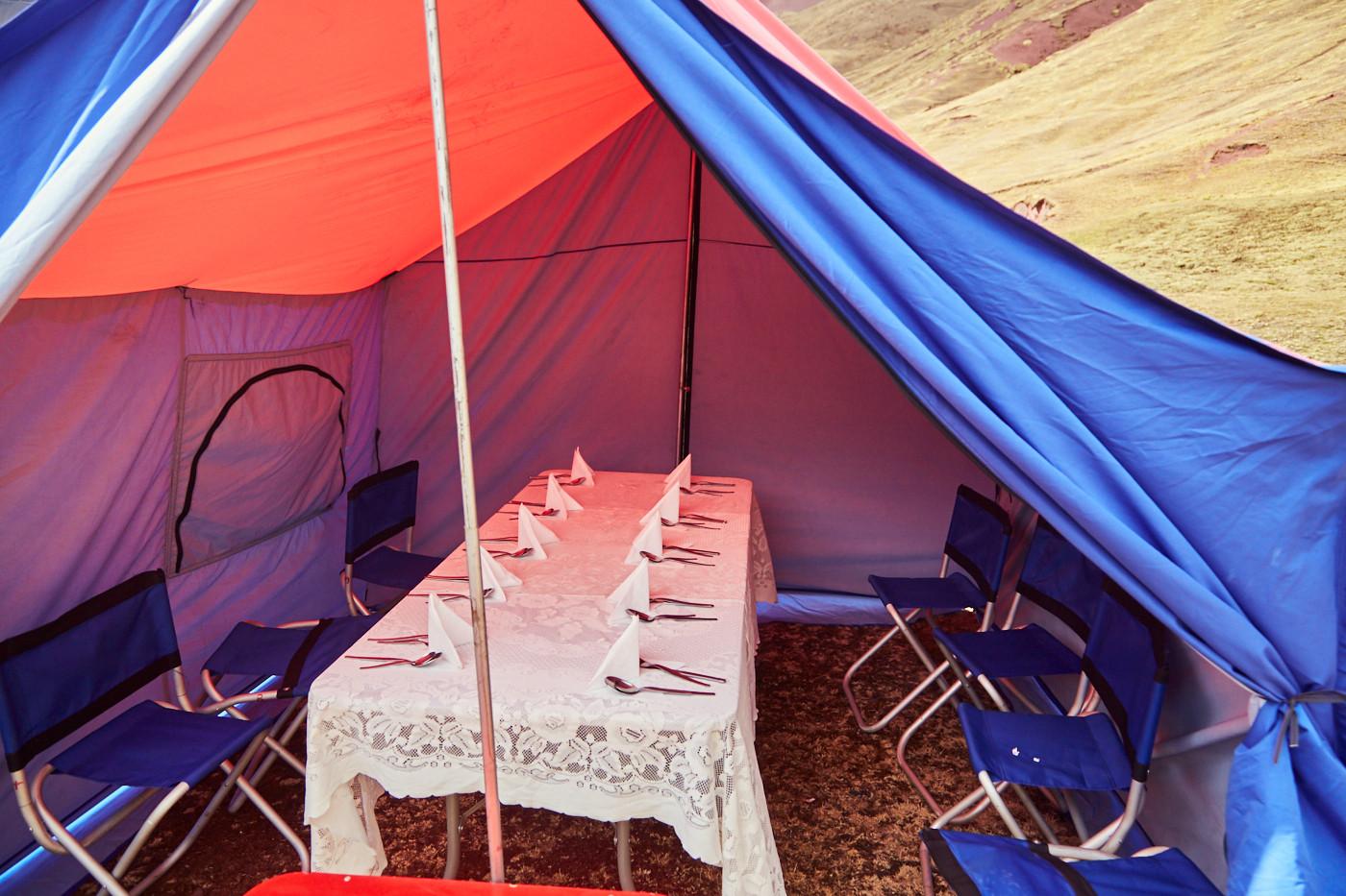 Unser Speisezelt - ein extra Zelt, mit Tisch und Stühlen, in dem wir Essen konnten - so etwas ausgefallenes hatte ich noch nie beim Zelten!