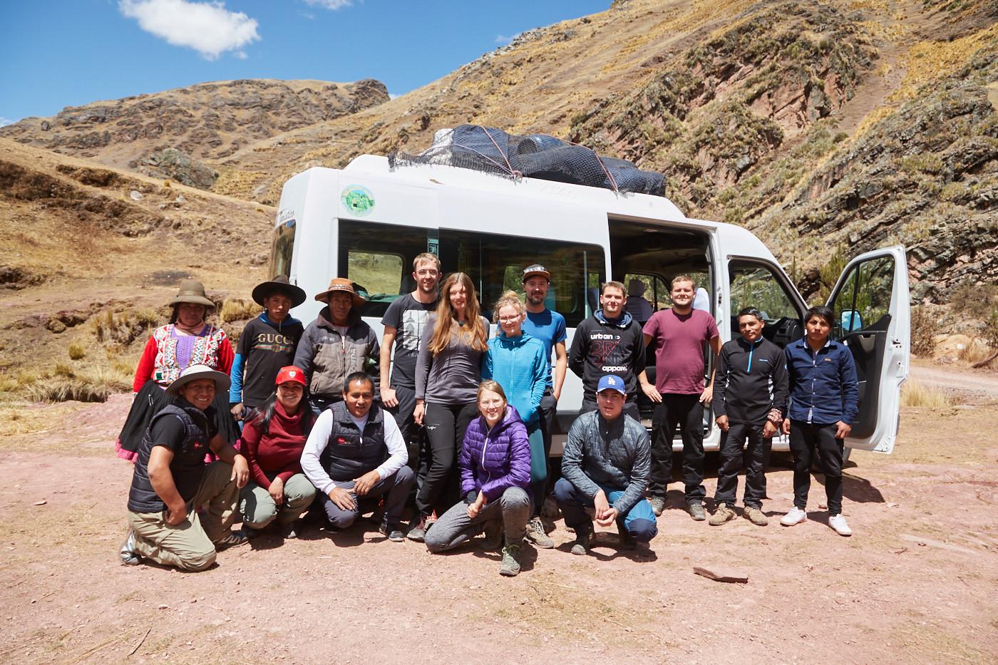 Unsere Gruppe mit der Crew von Kallpa Adventures - Kallpa unterstützt die lokale Bevölkerung, gibt ihnen Arbeitsplätze und versucht durch einen Teil der Einnahmen den Dorfbewohnern zu helfen