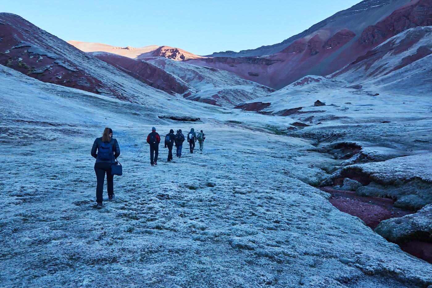 früher Aufbruch Richtung Rainbow Mountain in Peru, noch ist alles von Eis bedeckt.