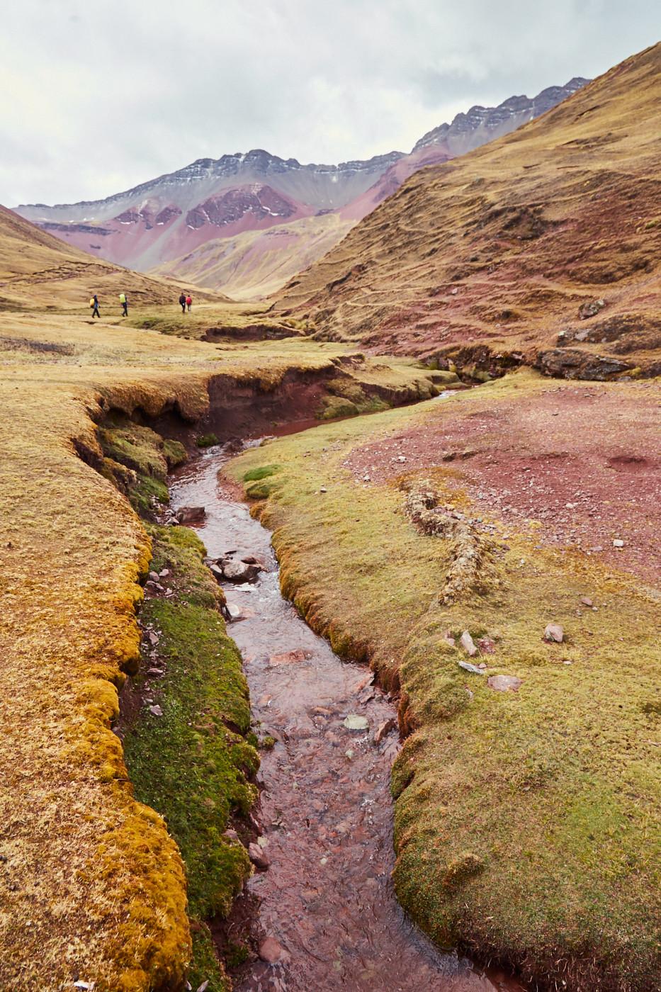 Der Weg zu unserer Campsite im Red Valley führte entlang an Flüssen, die ebenfalls rot gefärbt zu sein schienen