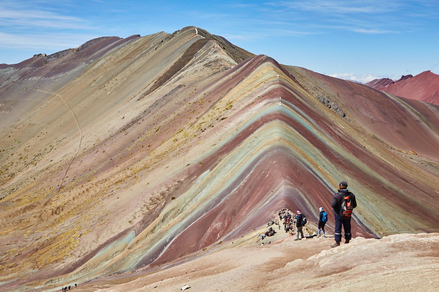 so sieht der Rainbow Mountain wirklich aus, diese Farben sind natürlich. Und auch die Touristen gehören dazu