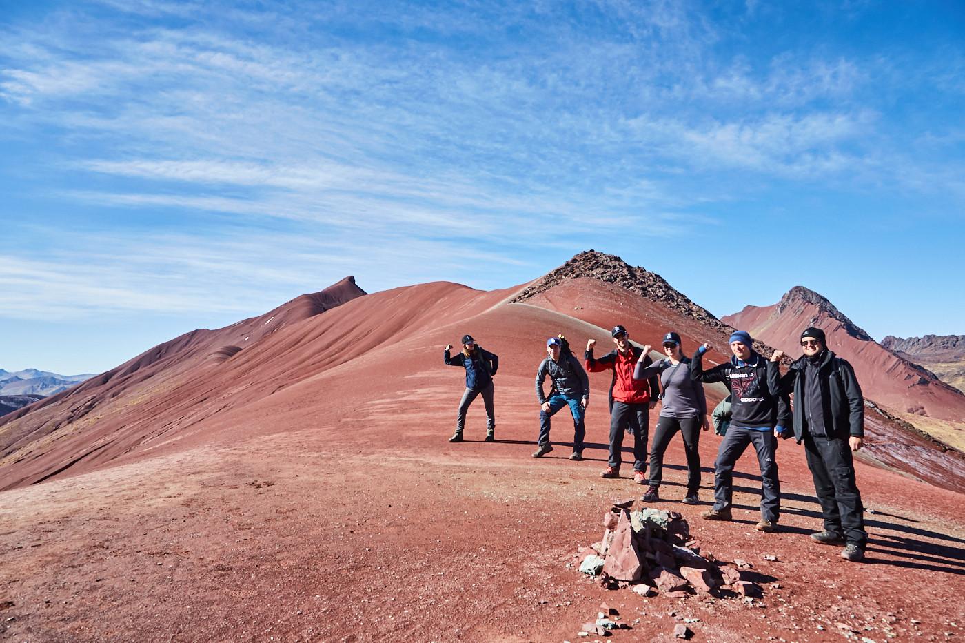 Der erste hohe Berg am zweiten Tag der Tour war geschafft! Wir befanden uns nun mitten im Red Valley, umgeben von tiefrotem Gestein soweit man nur sehen konnte