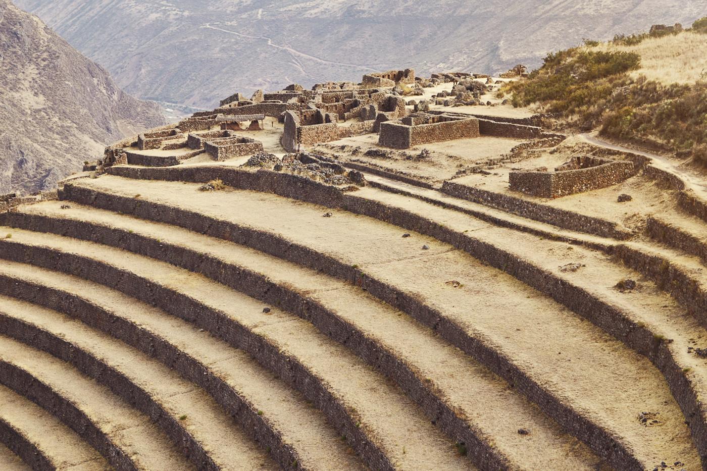 Ausblick auf die Ruinen, die einen Hügel weiter unten gelegen sind in Pisac
