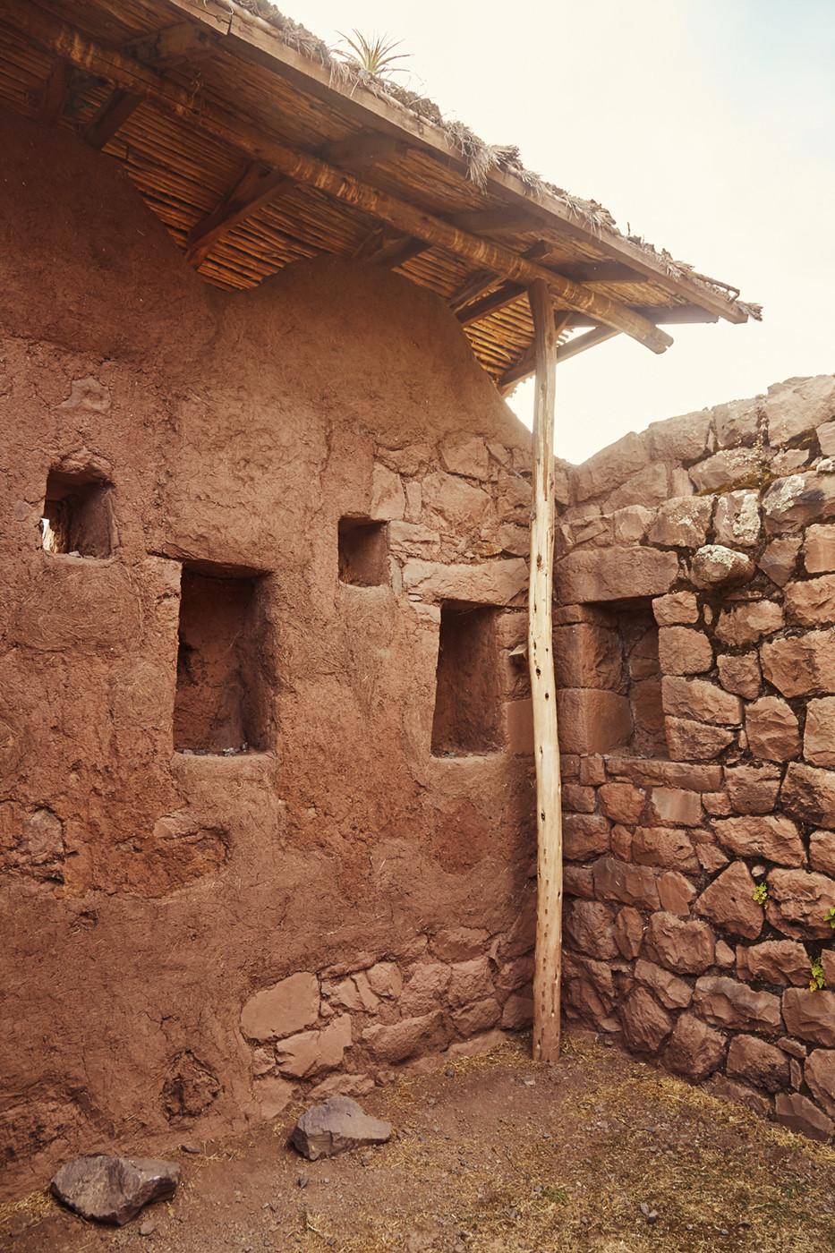 In den Ruinen von Pisac sieht man gut erhaltene Inka Ruinen, wie dieses Haus, wo man rechts noch die Balken erkennen kann, an denen Schnüre zur Schriftführung befestigt waren